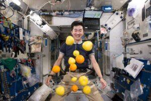 تناول الطعام في الفضاء